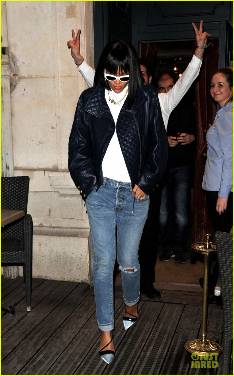 rihanna photo bombed by peace sign flashing fan at farnesina restaurant 11