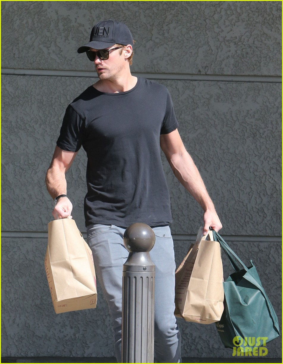 alexander skarsgard starts his day off with grocery shopping 023058102