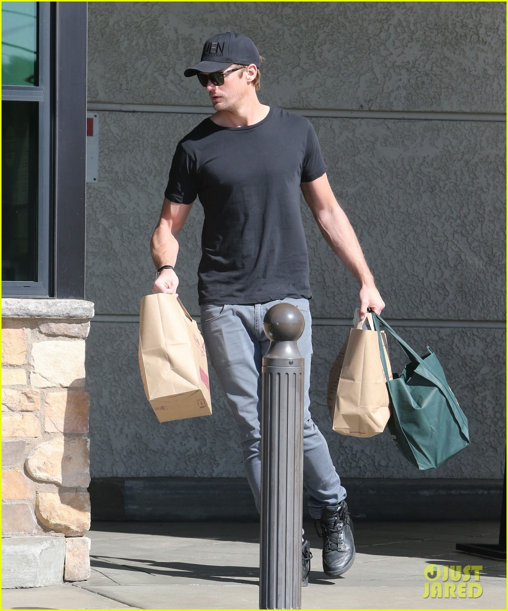 alexander skarsgard starts his day off with grocery shopping 12