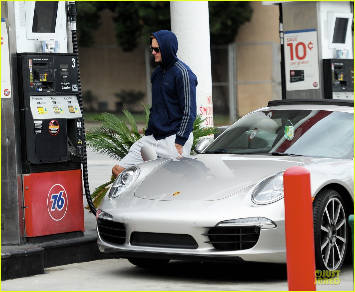 alexander skarsgard hides under a hoodie at gas station 06