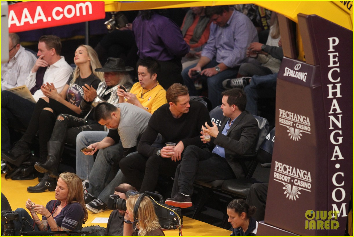 alexander skarsgard sits courtside for the lakers game 01
