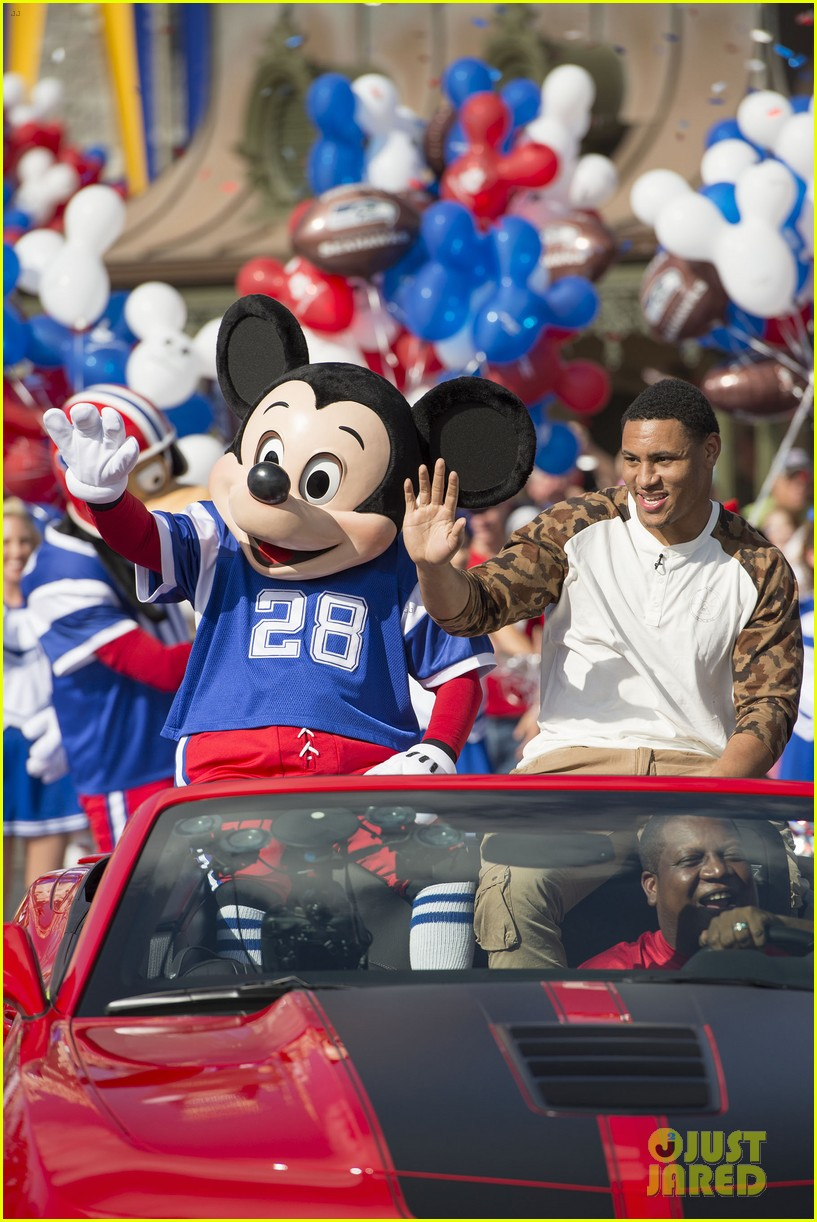 super bowl mvp malcolm smith visits disney world after big win 033046995