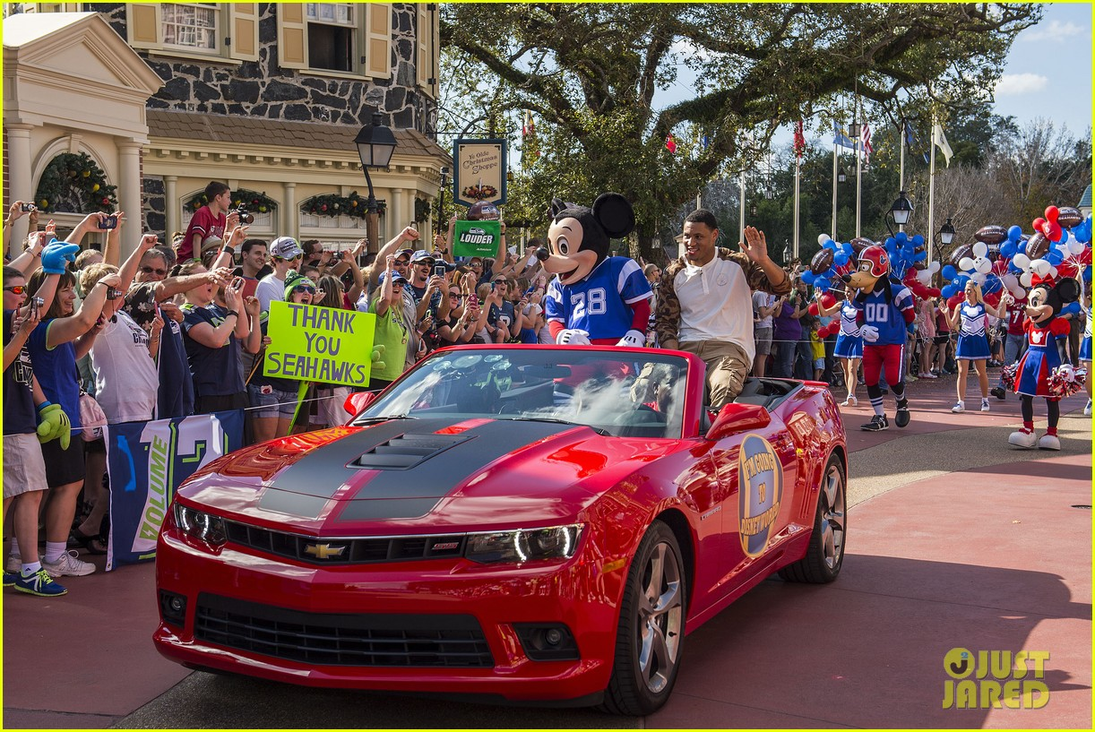 super bowl mvp malcolm smith visits disney world after big win 15