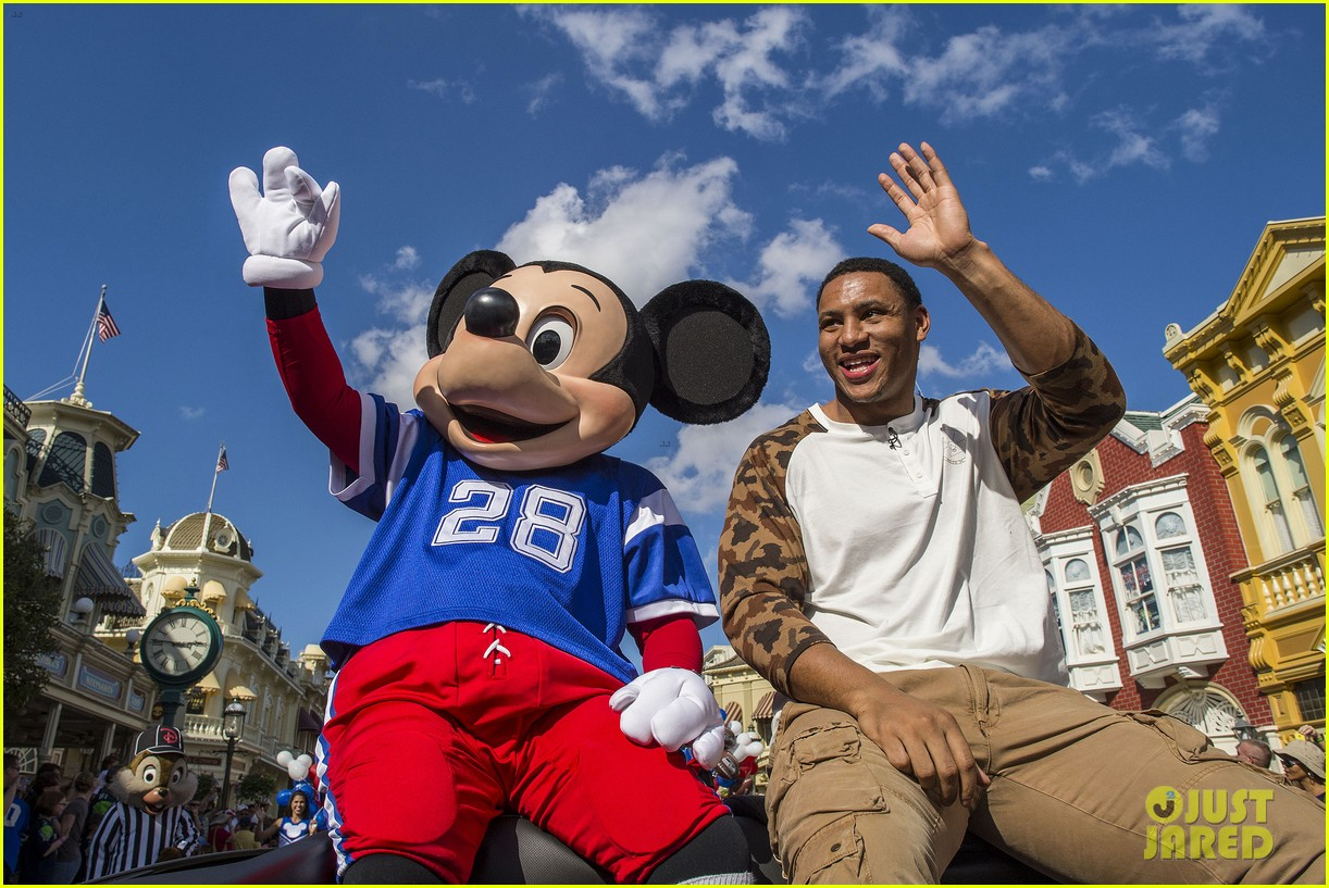 super bowl mvp malcolm smith visits disney world after big win 30