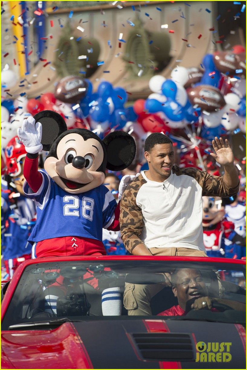 super bowl mvp malcolm smith visits disney world after big win 36