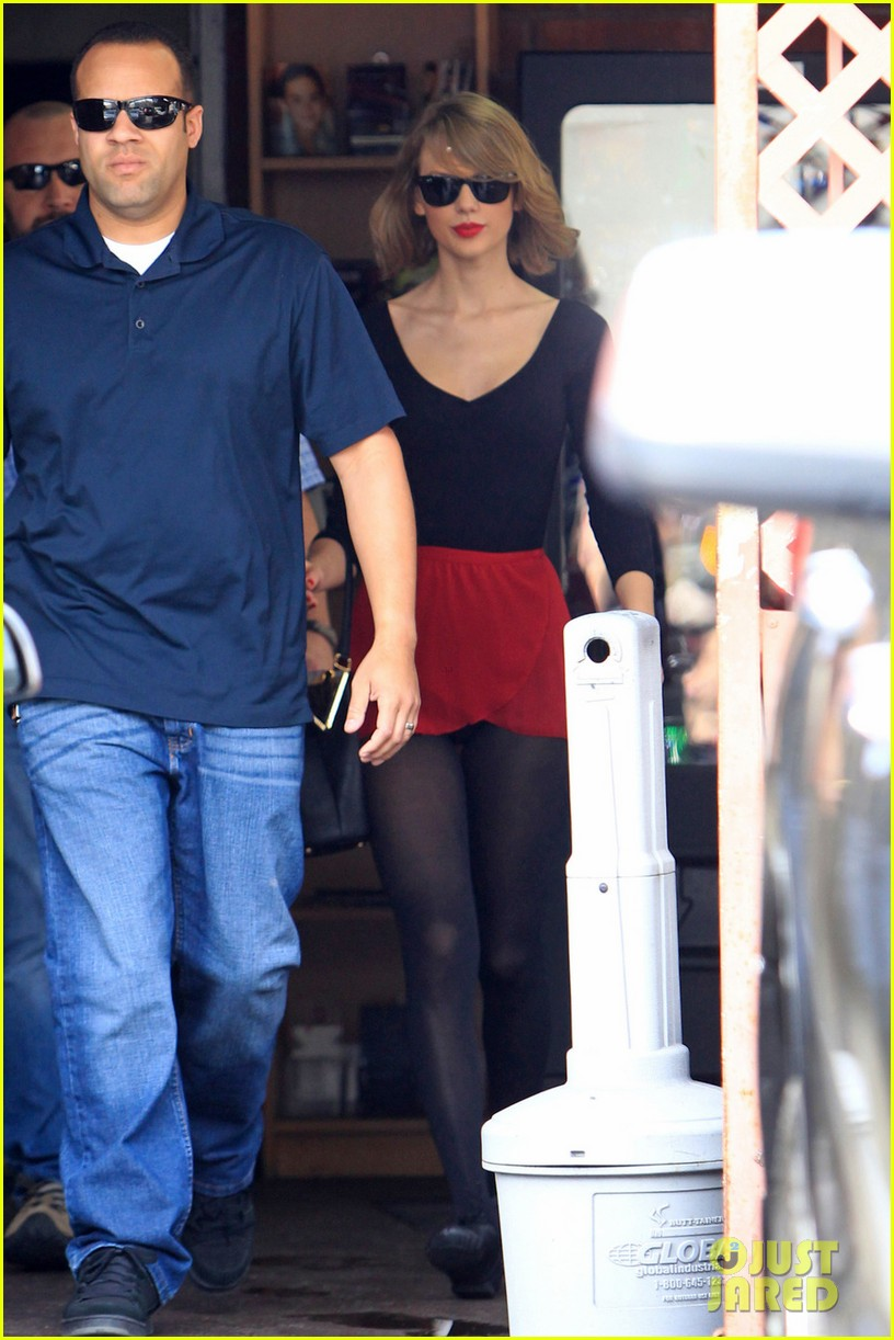 taylor swift wears her signature color to dance class 013057277