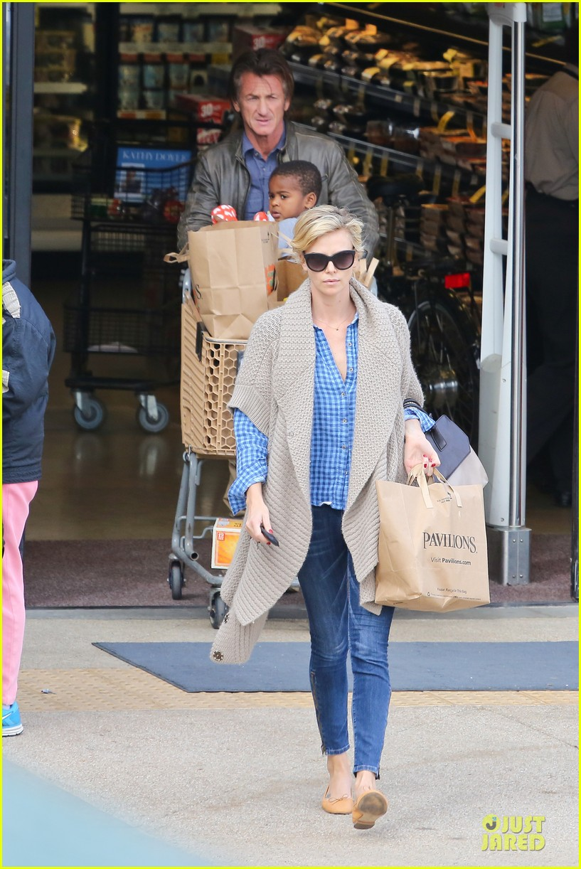 charlize theron sean penn grocery stop before the super bowl 01