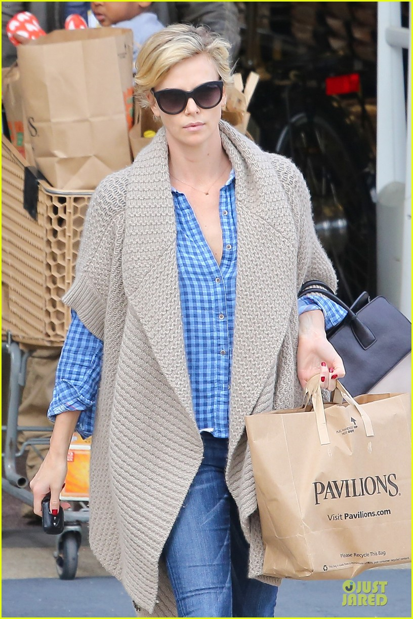 charlize theron sean penn grocery stop before the super bowl 06