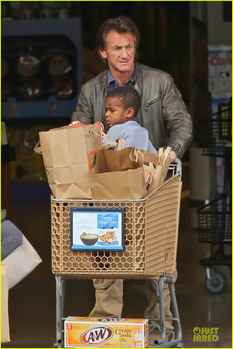 charlize theron sean penn grocery stop before the super bowl 12