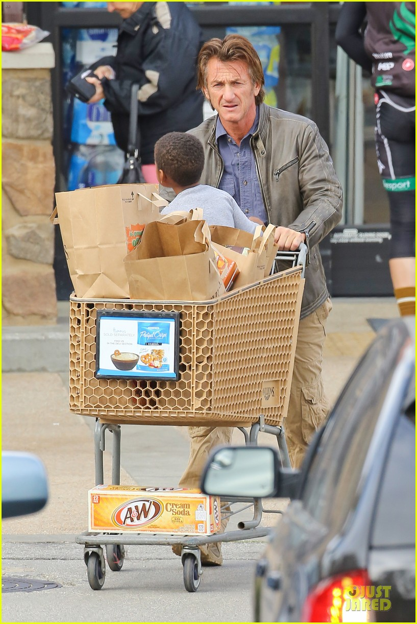 charlize theron sean penn grocery stop before the super bowl 13