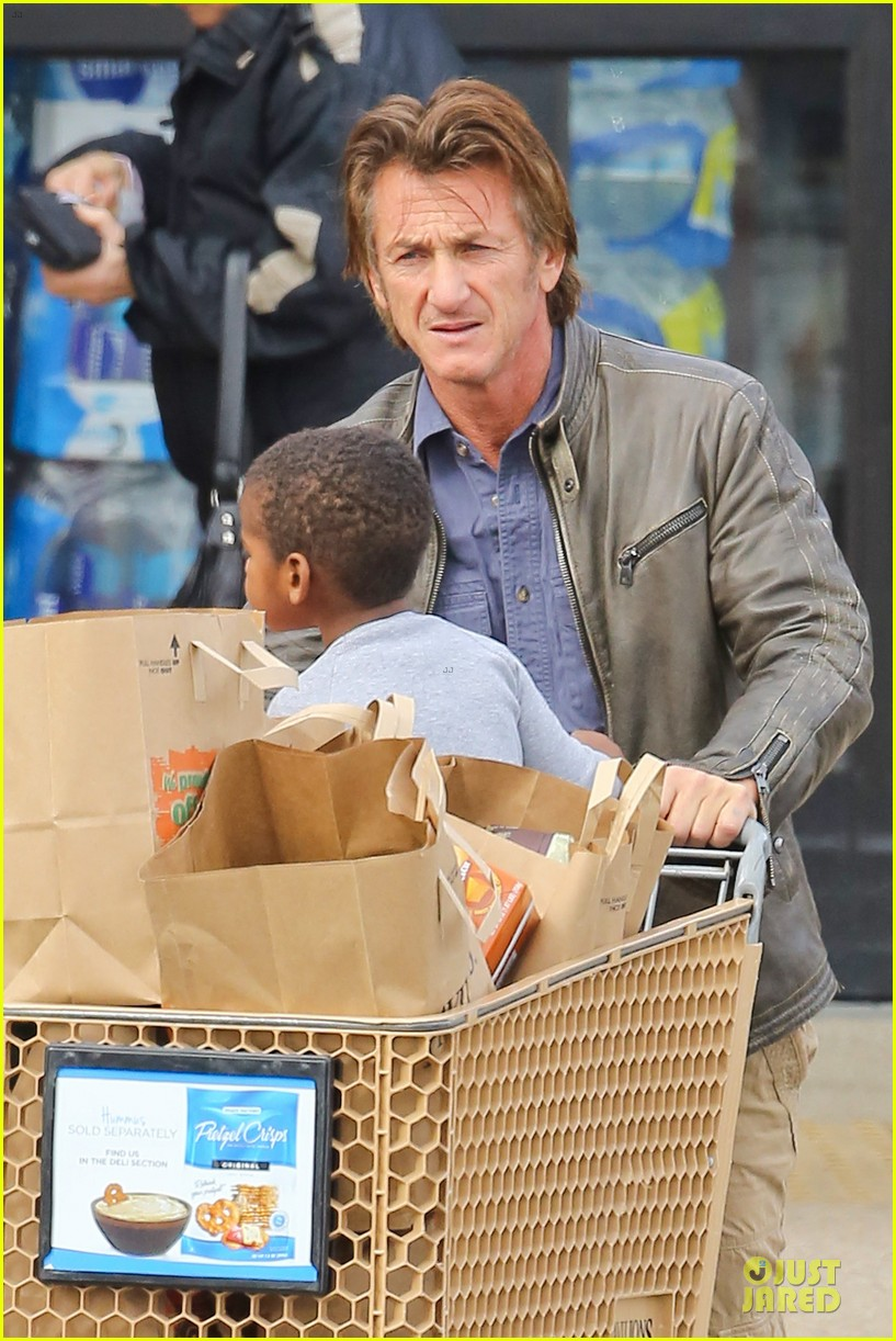 charlize theron sean penn grocery stop before the super bowl 14