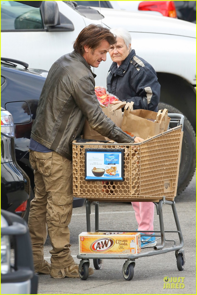 charlize theron sean penn grocery stop before the super bowl 223046512
