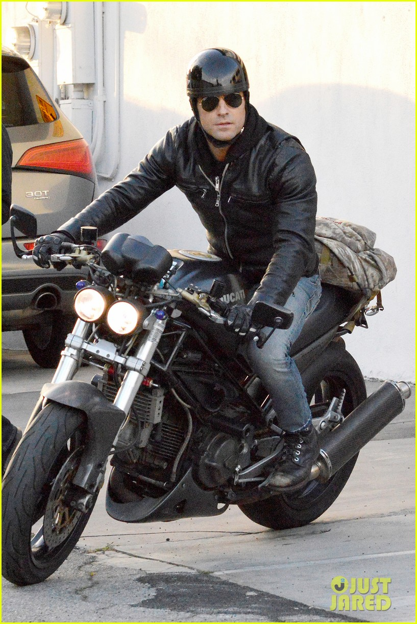 justin theroux takes his ducati for a spin 01