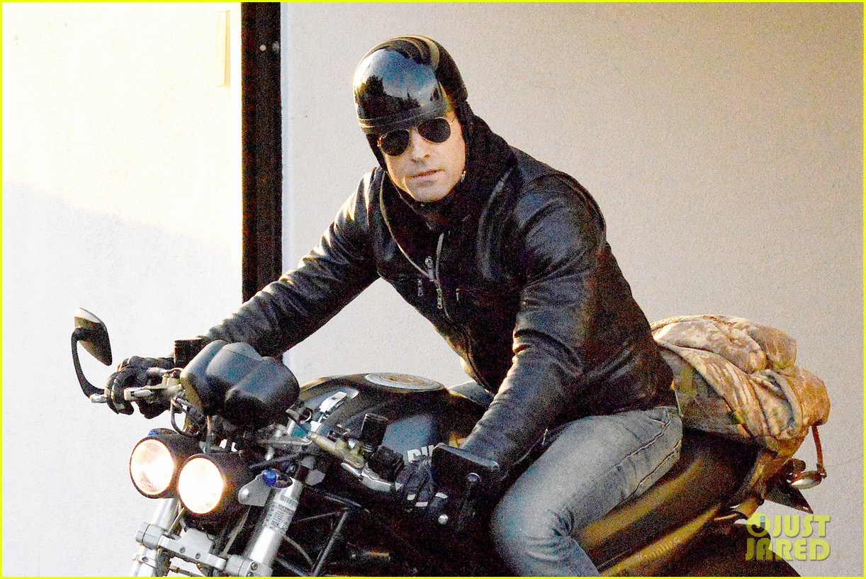 justin theroux takes his ducati for a spin 04