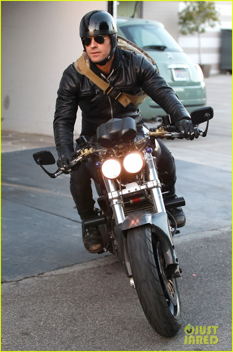 justin theroux takes his ducati for a spin 053060912