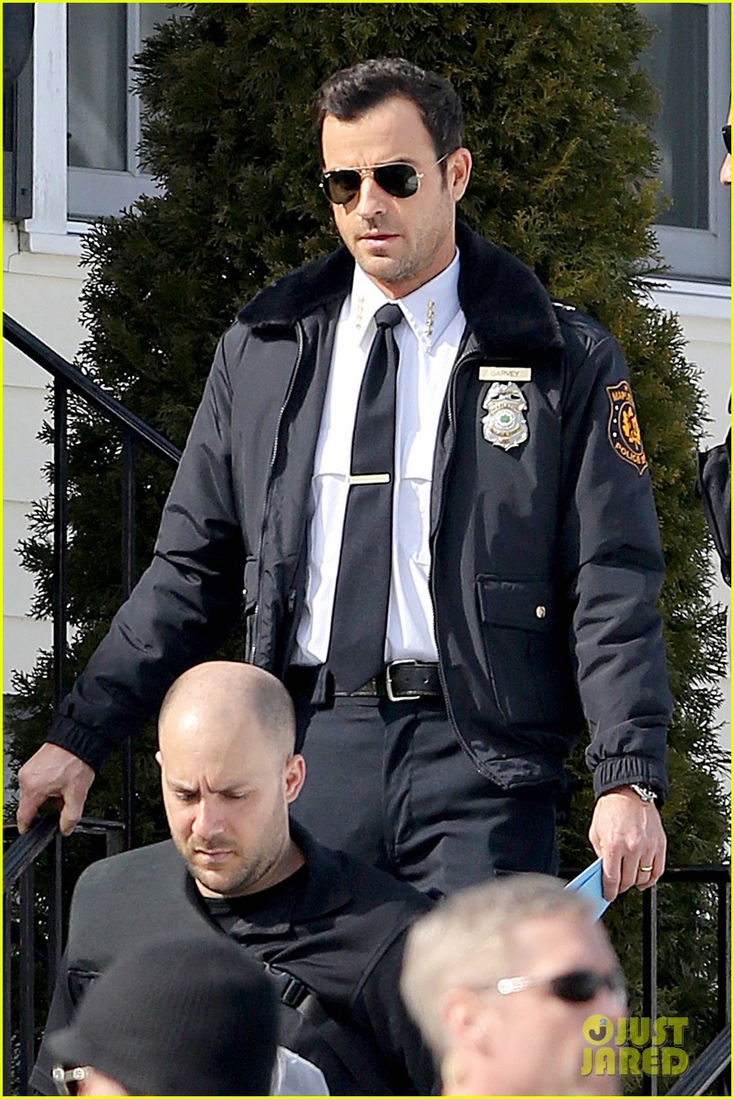 justin theroux looks mighty fine in his police uniform 07