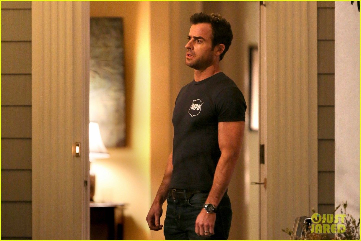 justin theroux looks shocked upset on leftovers set 04