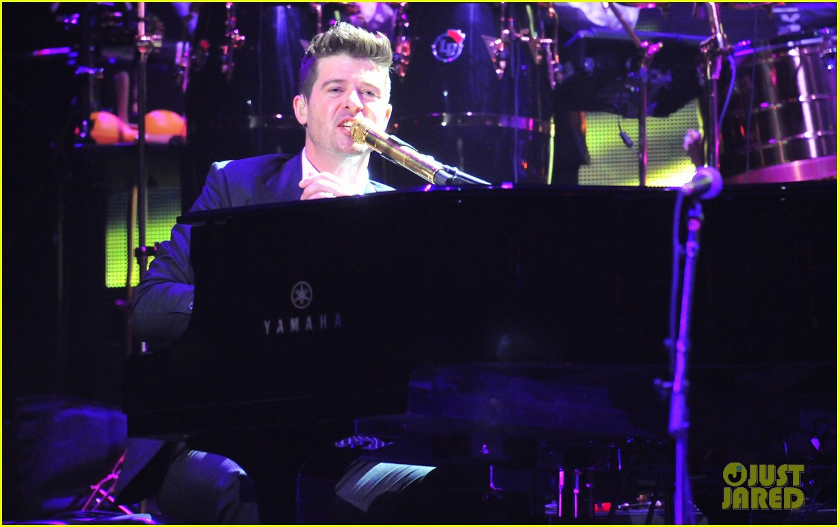 robin thicke dedicates lost without u to paula patton at washington concert 03