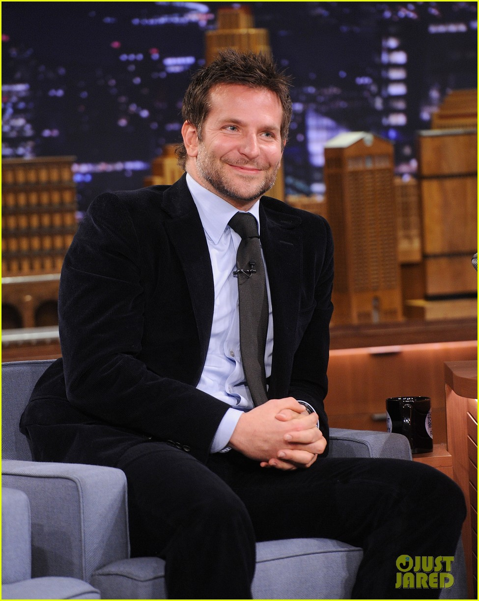bradley cooper emma thompson play charades on fallon 17