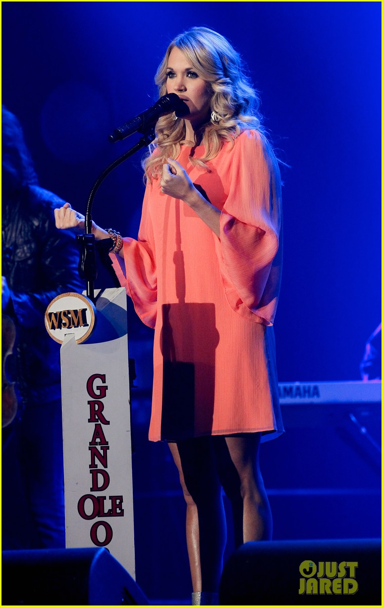 carrie underwood receives artist humanitarian award at crs 01