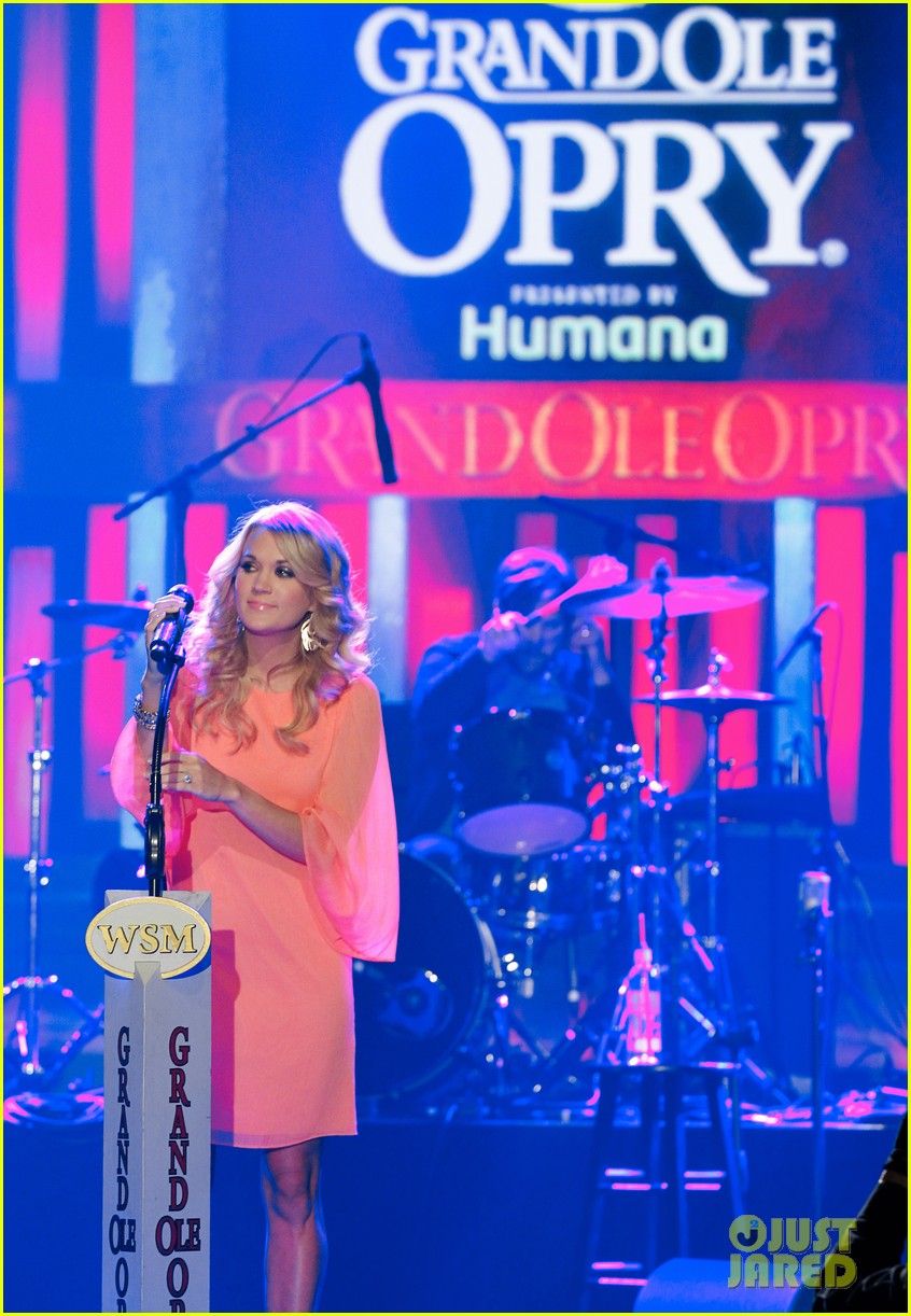 carrie underwood receives artist humanitarian award at crs 073056978