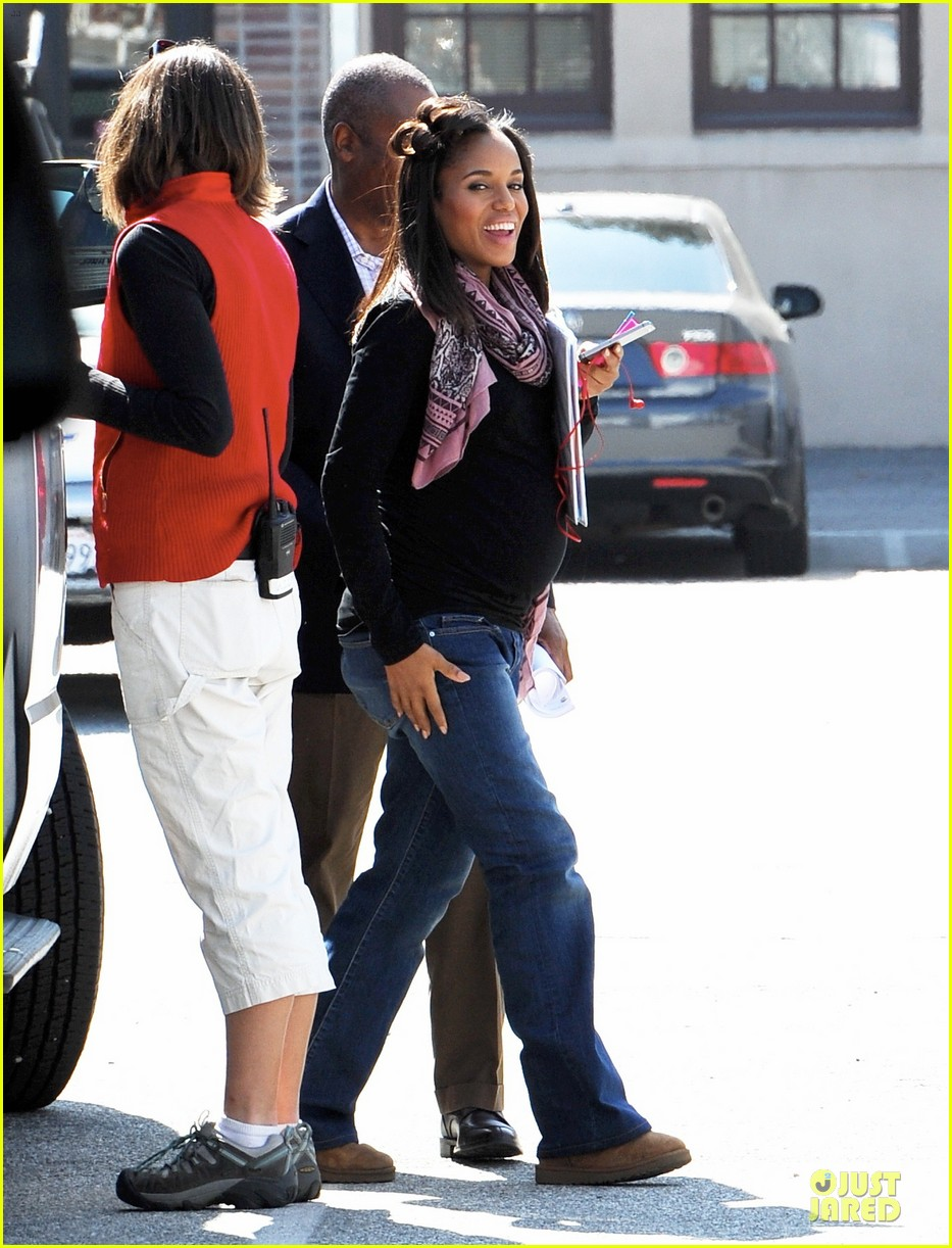 kerry washington pregnant multitasker on scandal set 05