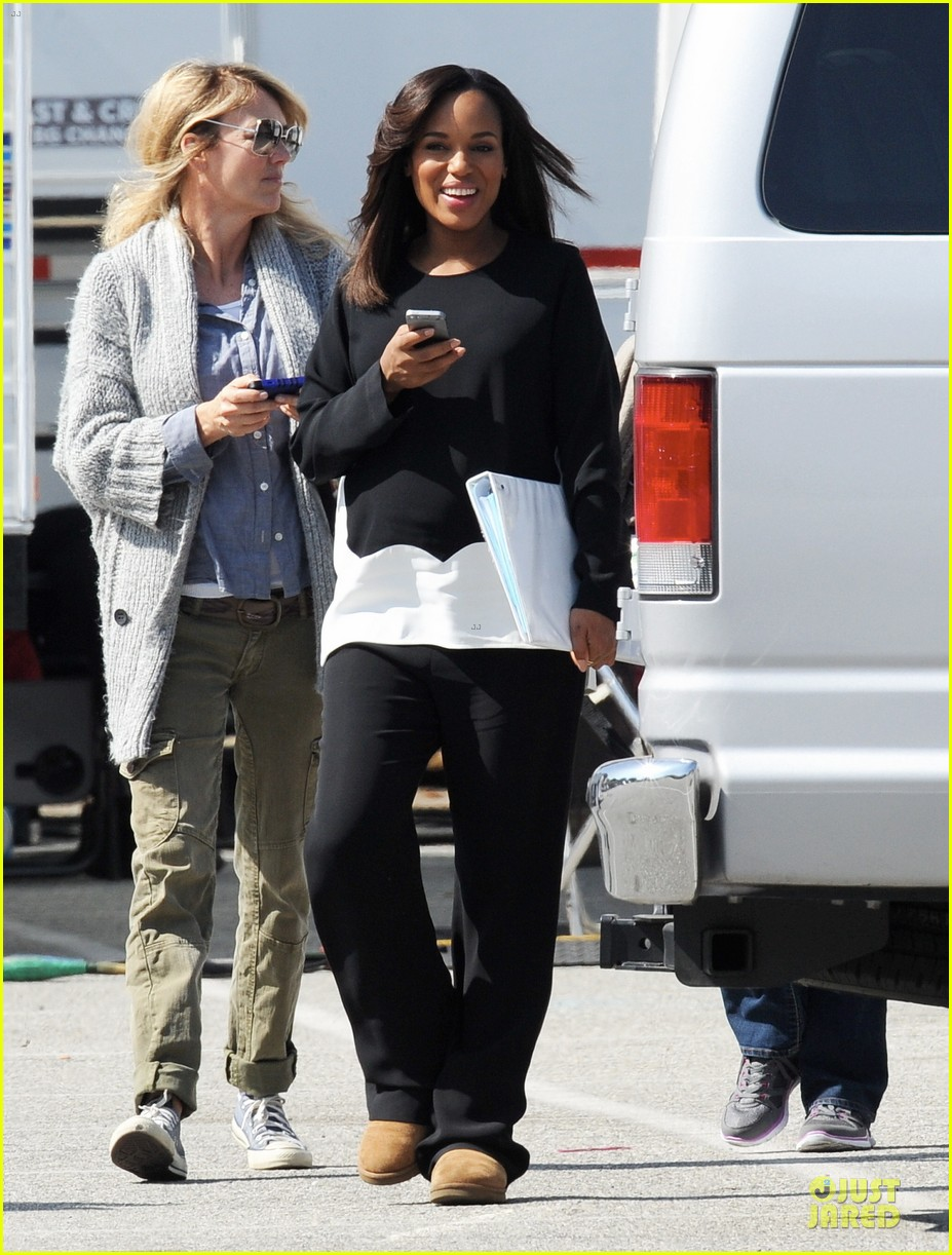 kerry washington pregnant multitasker on scandal set 16