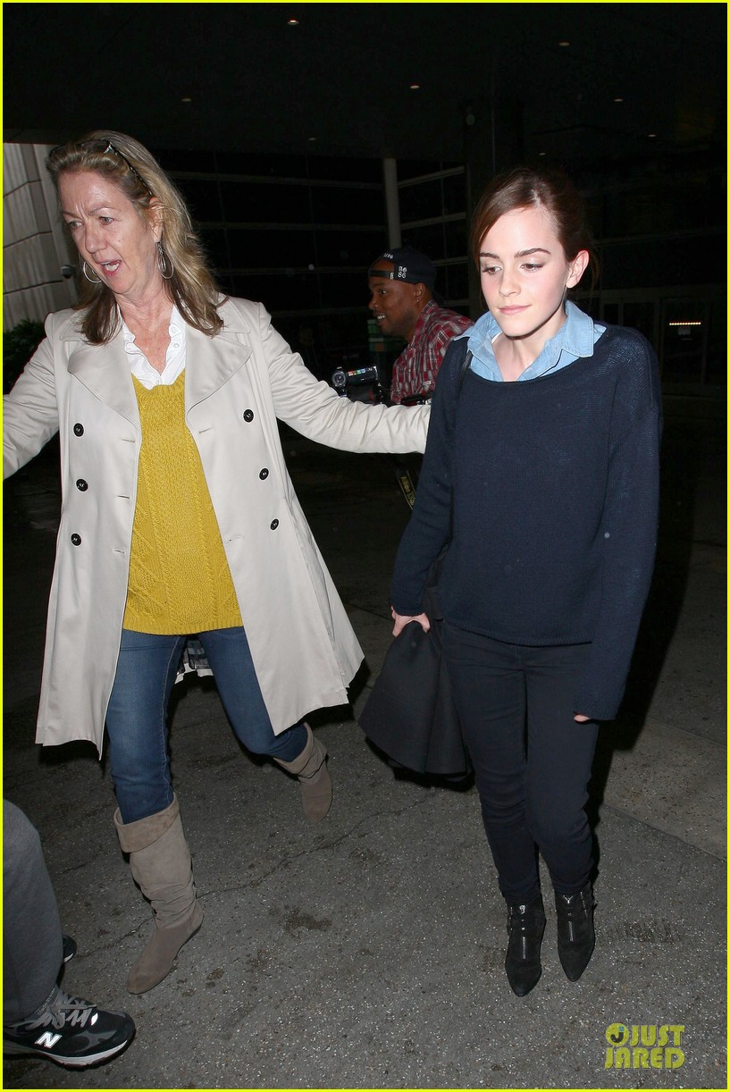 emma watson flys into lax airport before oscars 2014 17