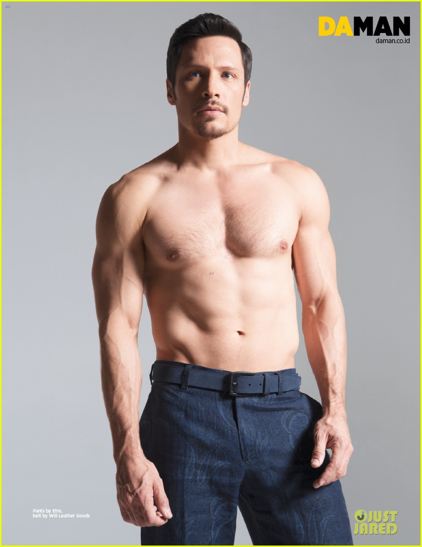 nick wechsler flashes shirtless abs for da man magazine 013047292