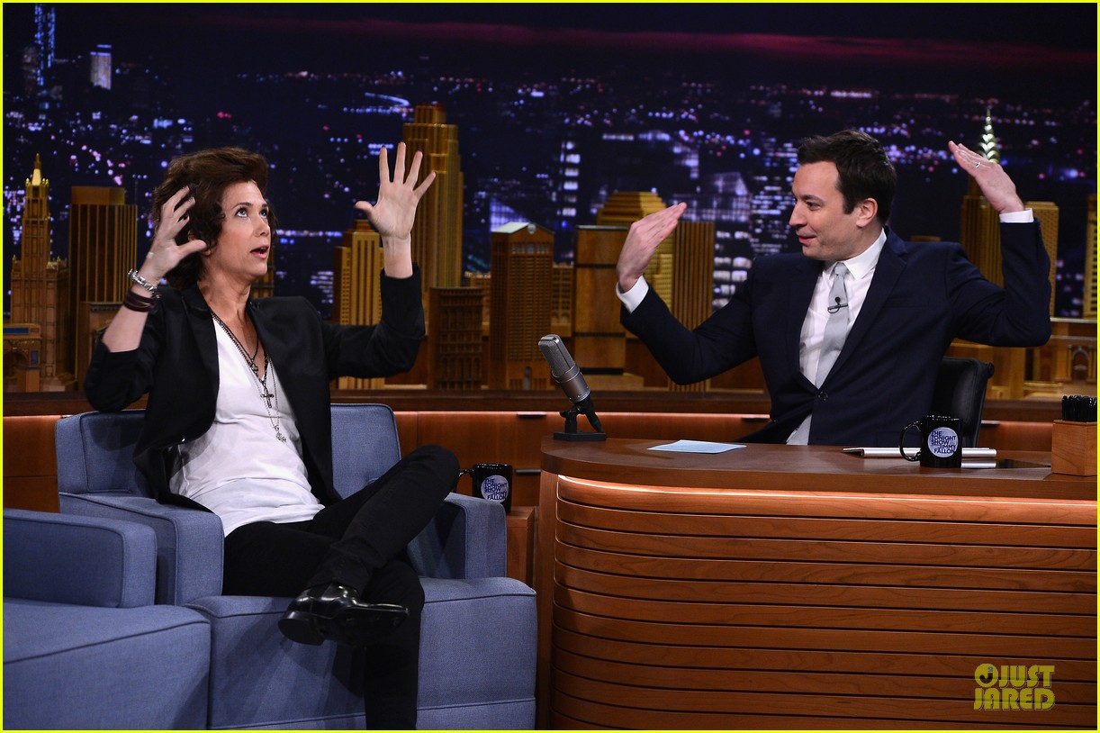 kristen wiig channels harry styles on tonight show with jimmy fallon 073056008