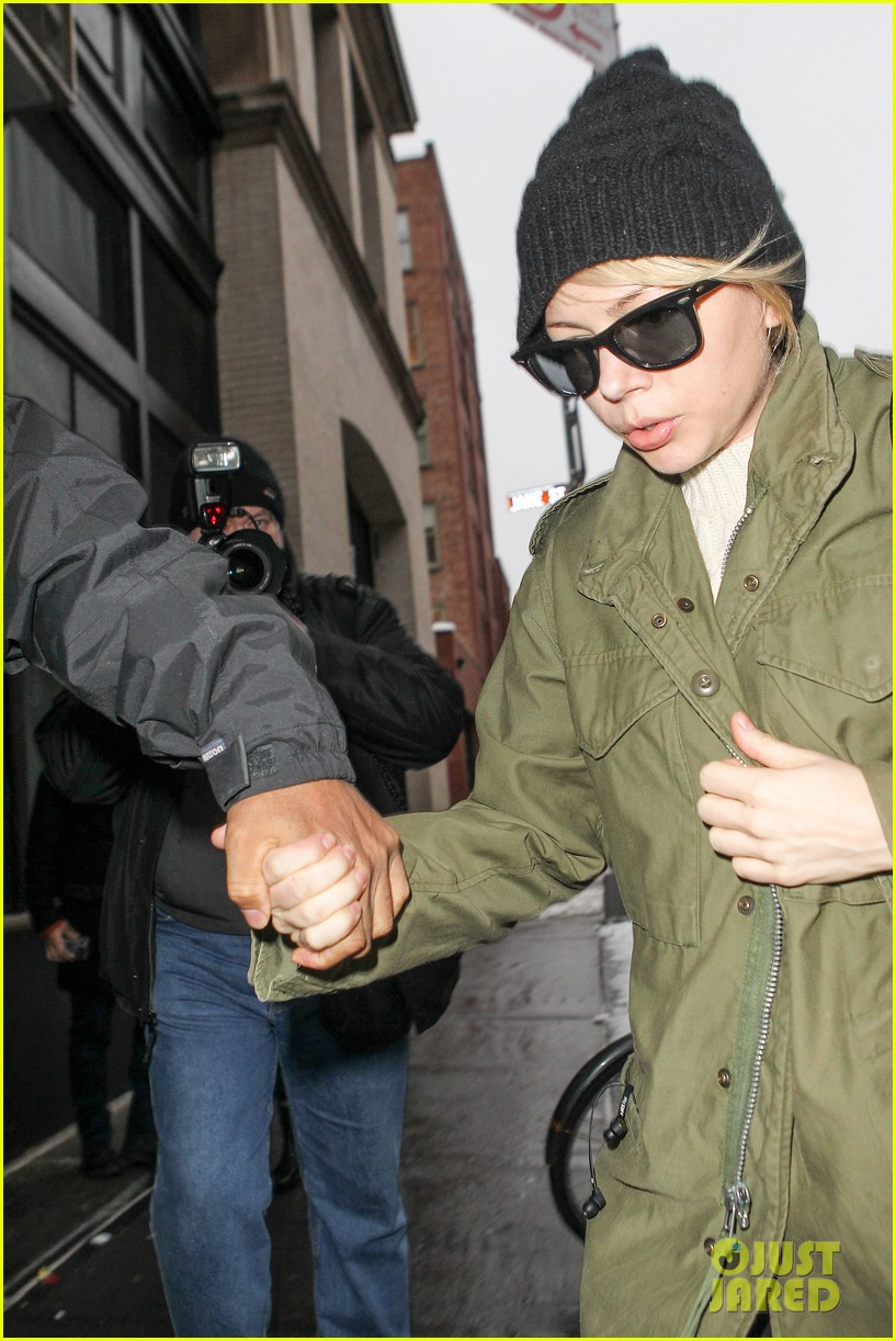 michelle williams visits mimi odonnells apartment 023048094