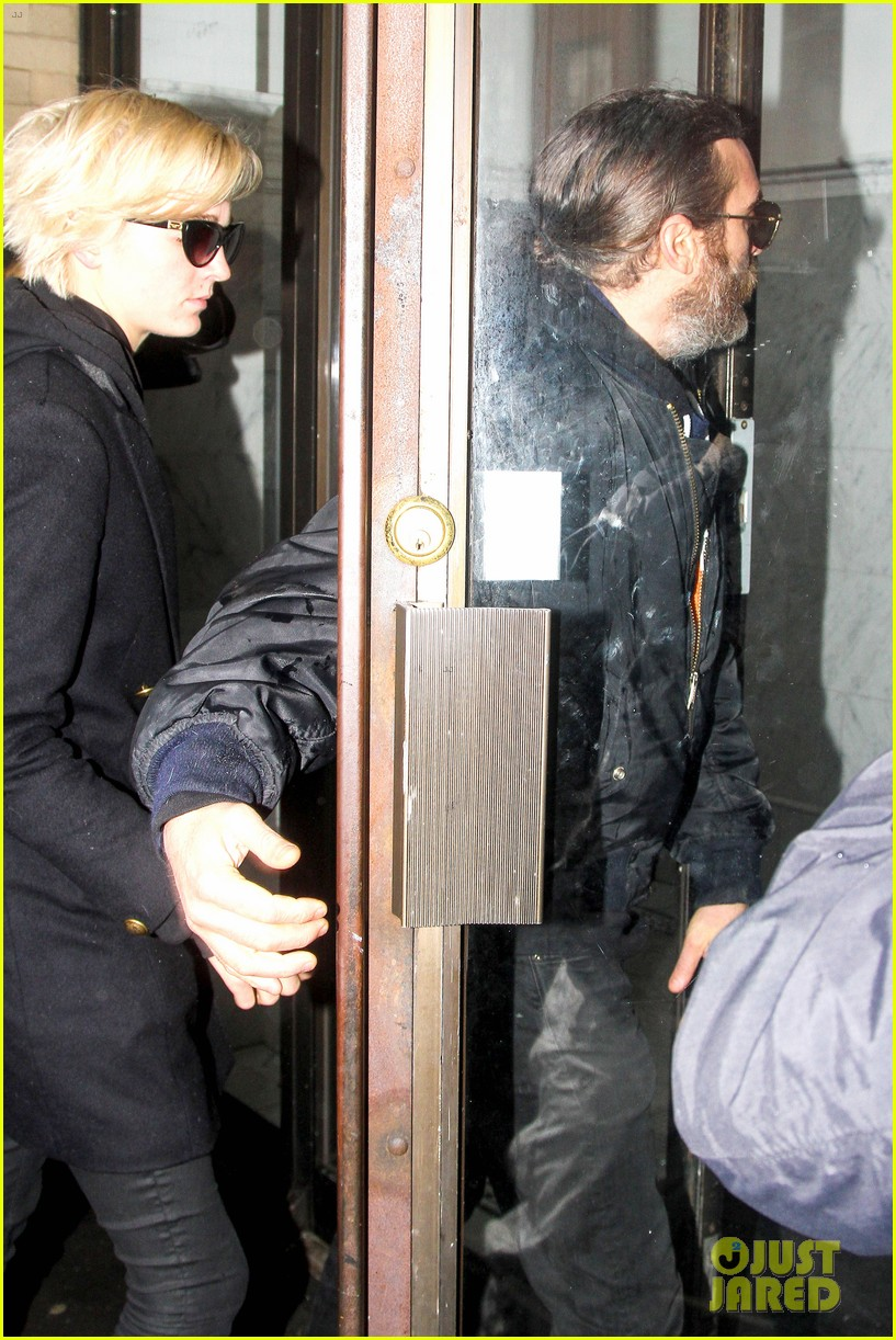 michelle williams visits mimi odonnells apartment 103048102