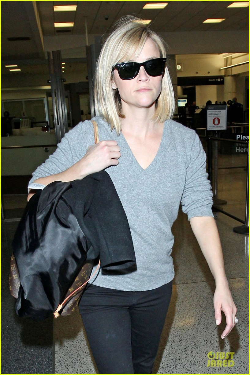 reese witherspoon fierce wild errands following lax landing 04