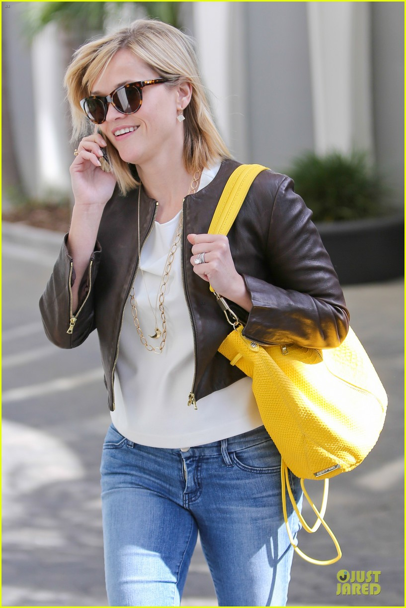 reese witherspoon fierce wild errands following lax landing 27