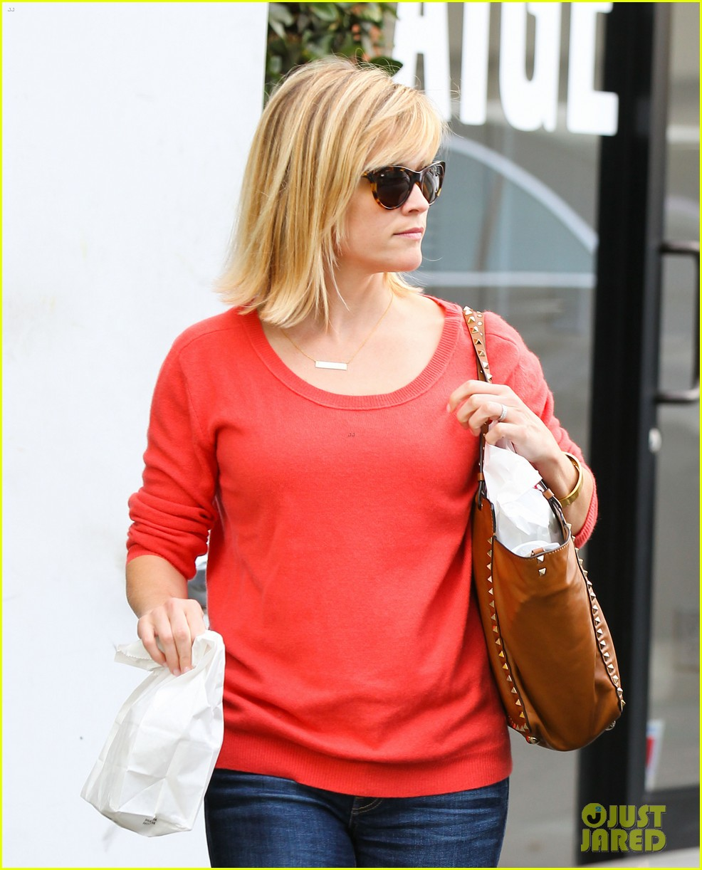 reese witherspoon lunches at le pain quotidien 05