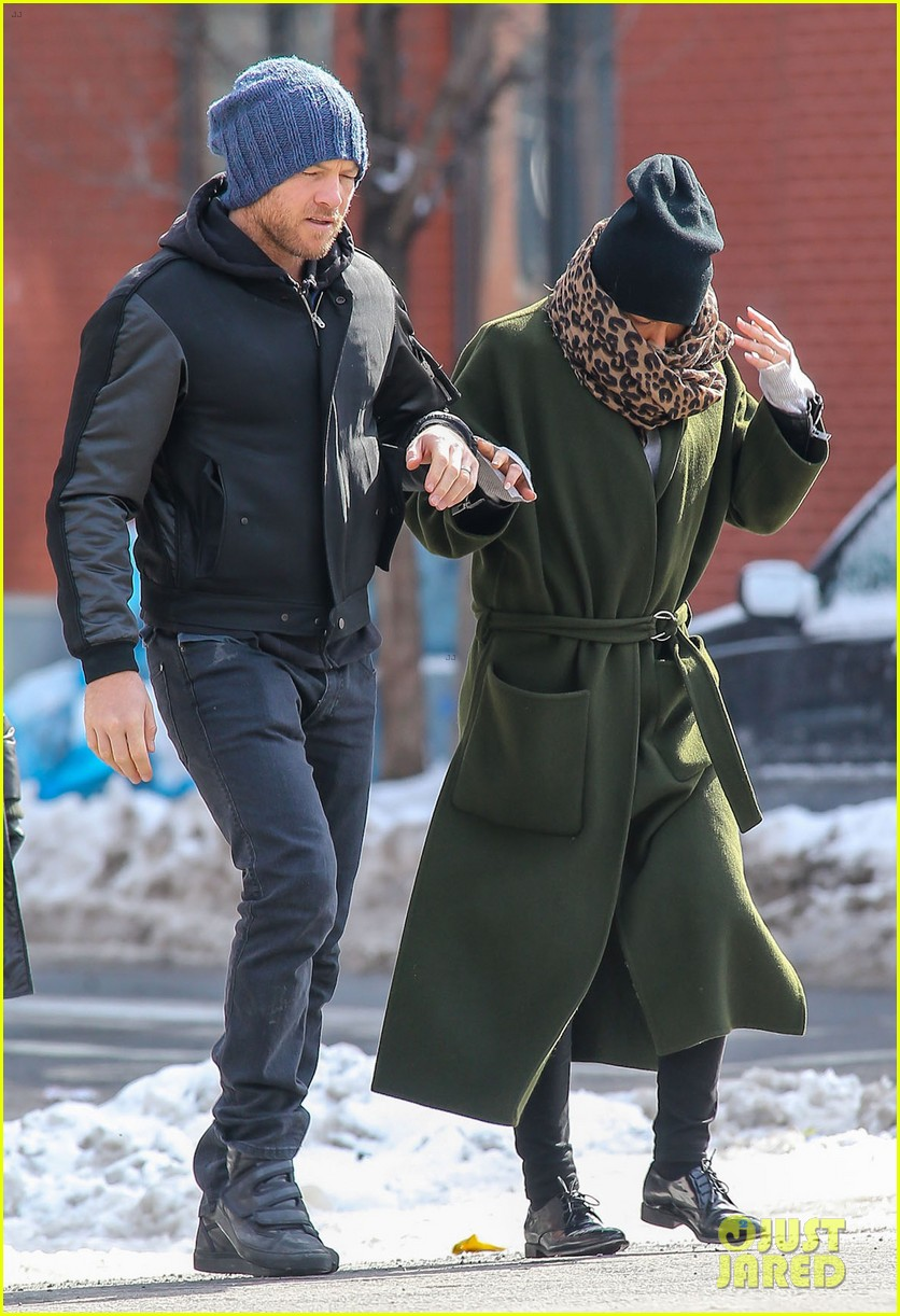 sam worthington strolls big apple with bundled up lara bingle 093054910