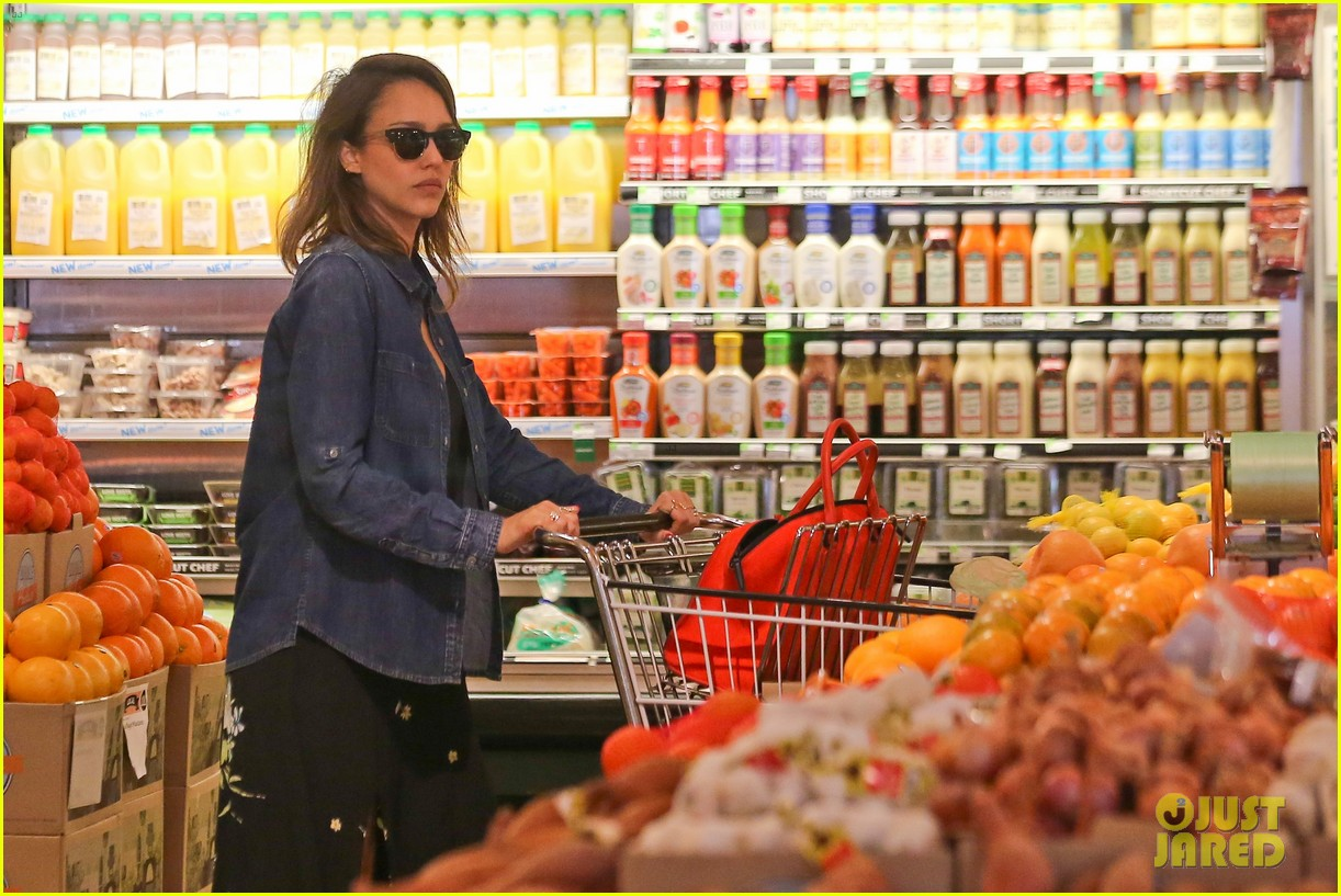 jessica alba stocks up on fresh produce at whole foods 013069185