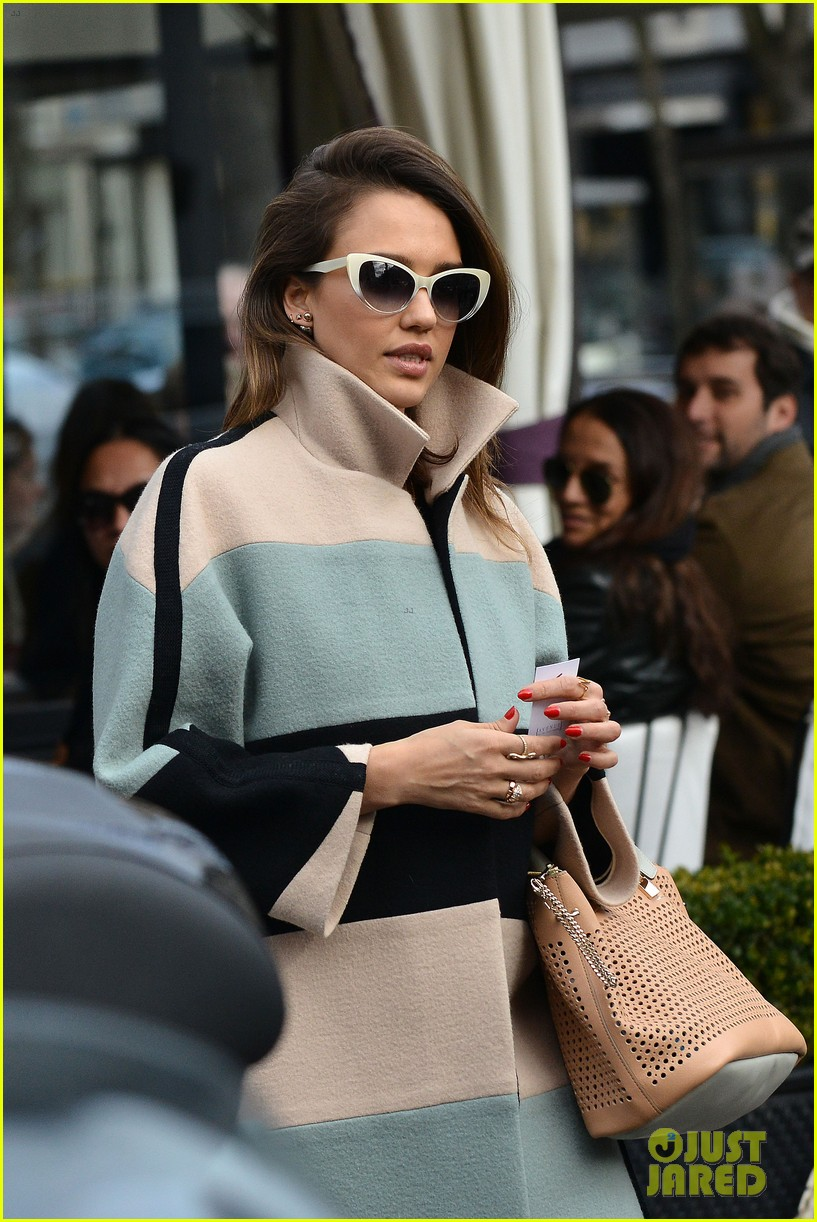 jessica alba wraps up paris fashion week flies to new york 04
