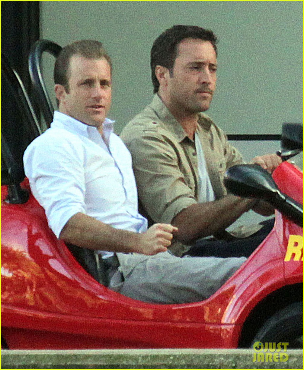 alex oloughlin scott caan drive around in a tiny rental car for hawaii 50 023074729