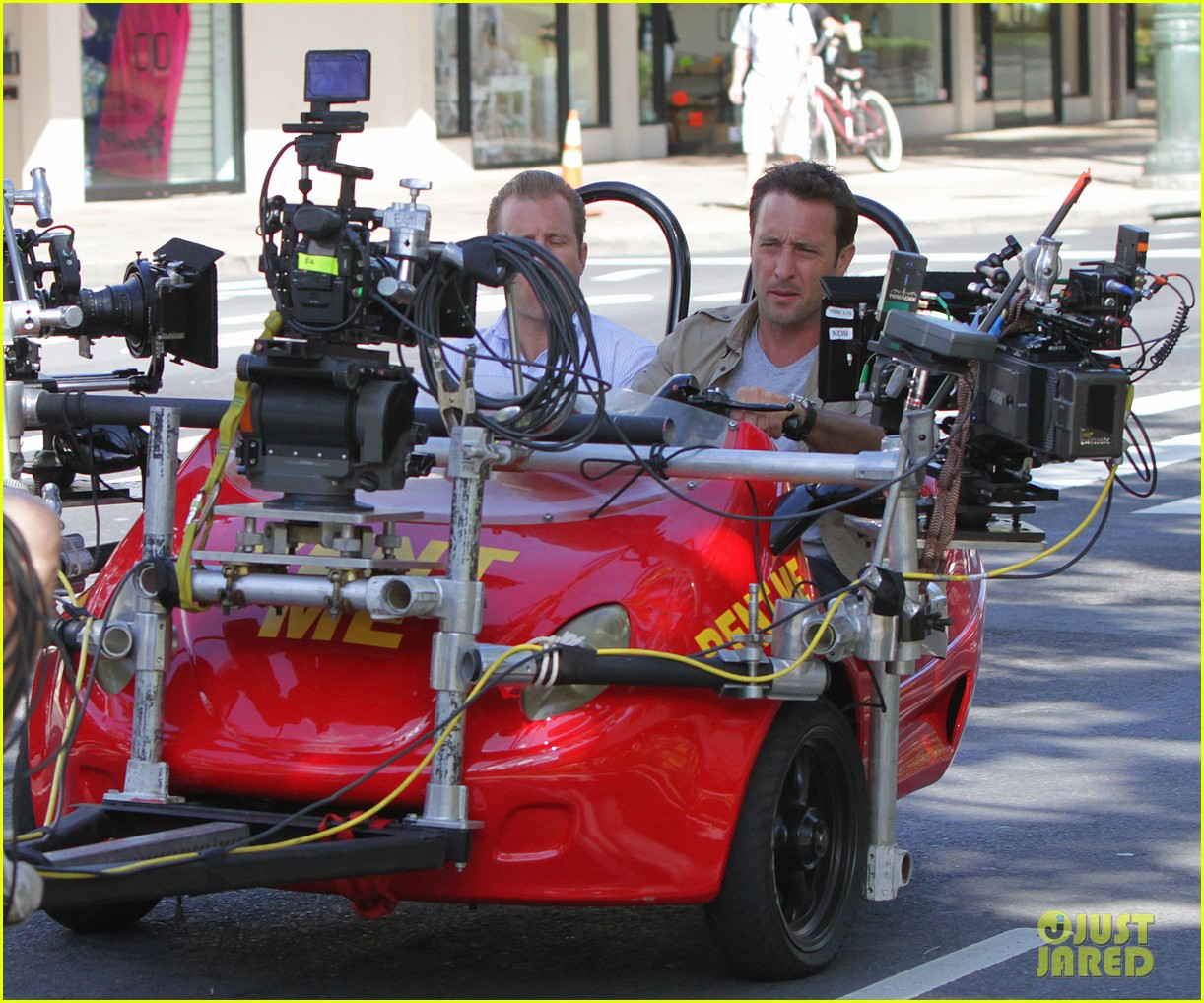 alex oloughlin scott caan drive around in a tiny rental car for hawaii 50 04