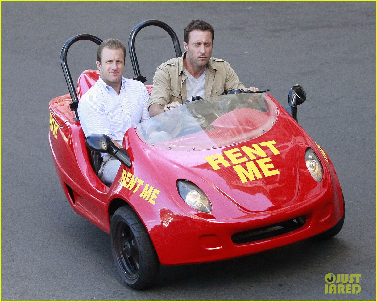 alex oloughlin scott caan drive around in a tiny rental car for hawaii 50 09