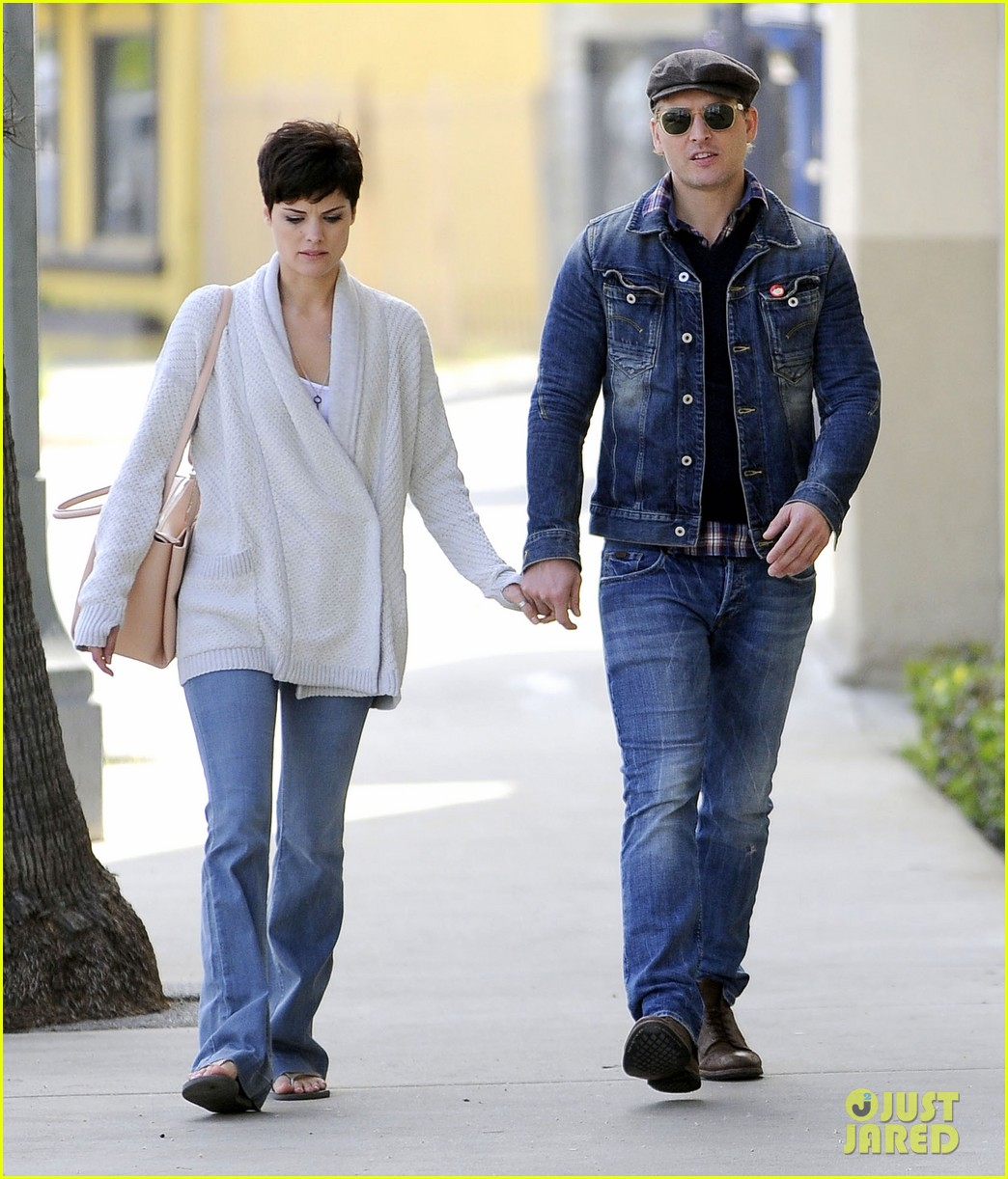 peter facinelli jaimie alexander hold hands look all lovey dovey together 01