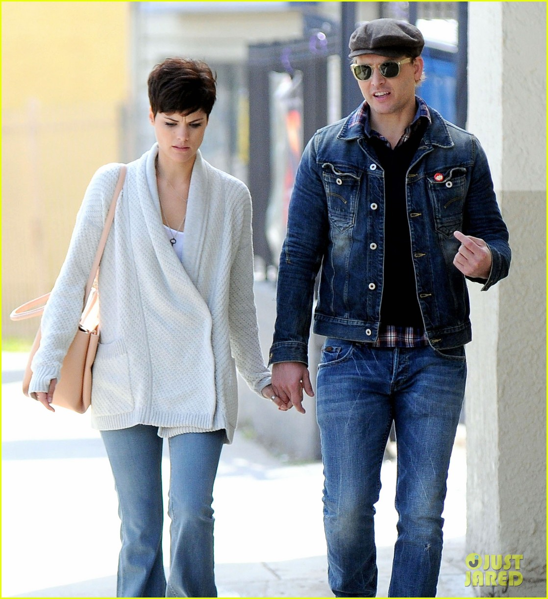 peter facinelli jaimie alexander hold hands look all lovey dovey together 05