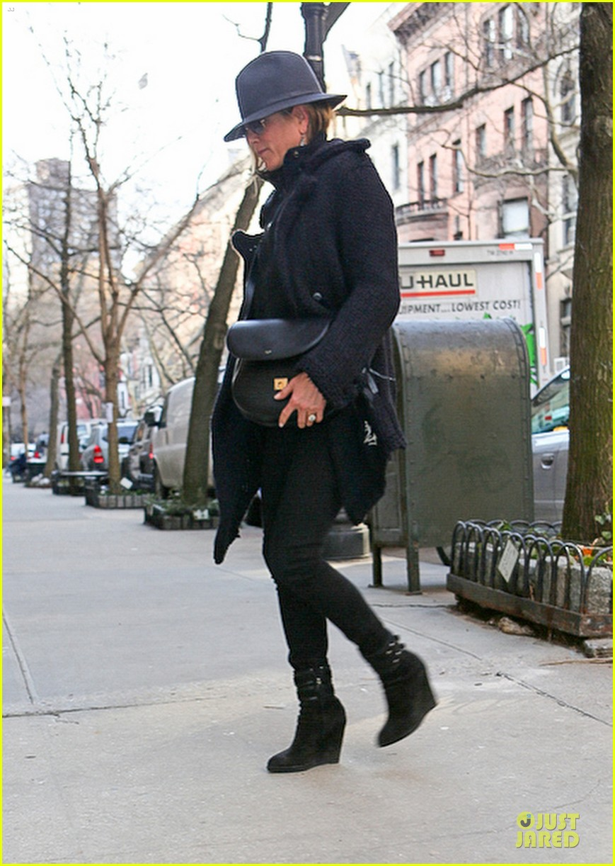 jennifer aniston uses fedora to blend in with nyc 01