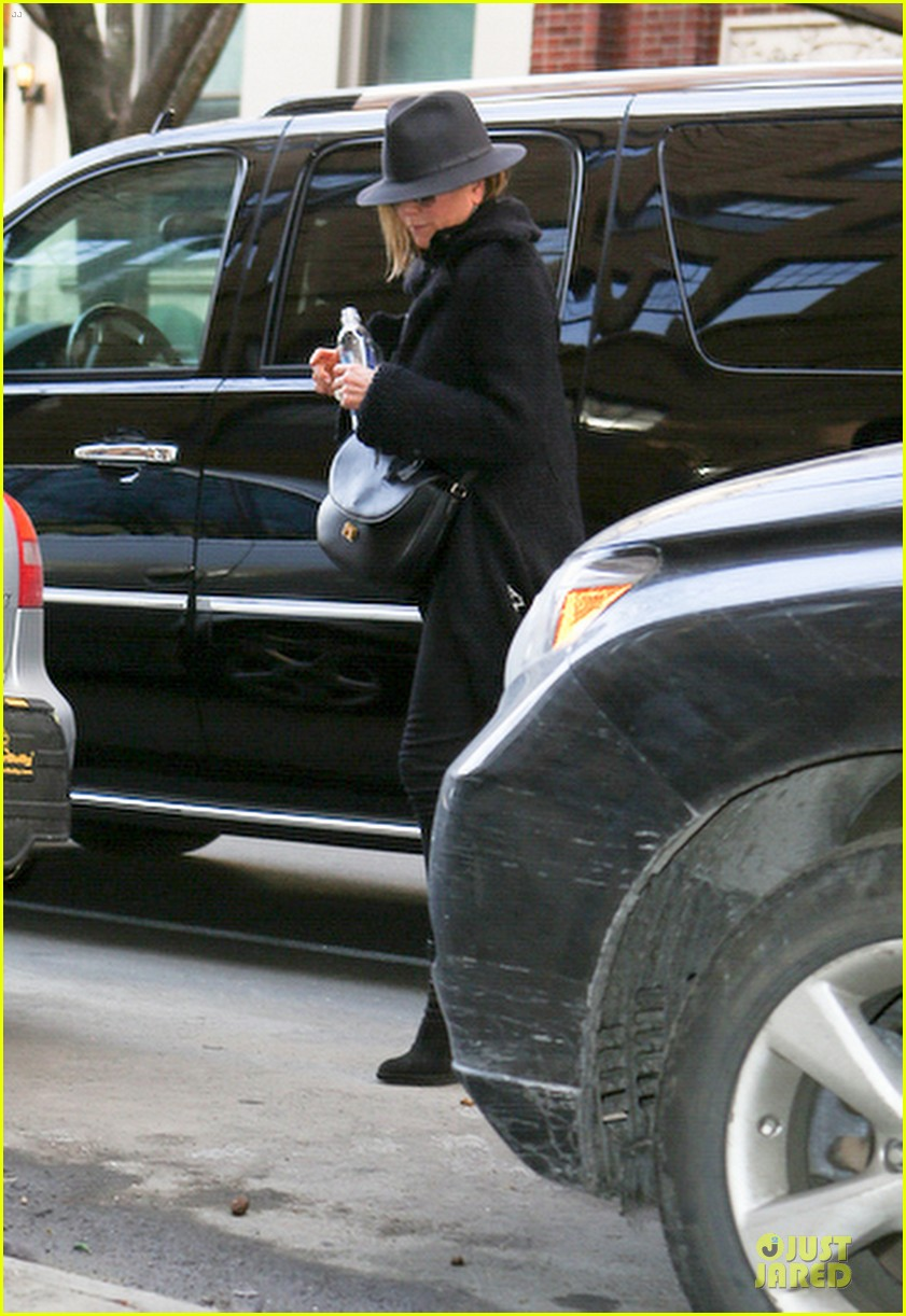 jennifer aniston uses fedora to blend in with nyc 09