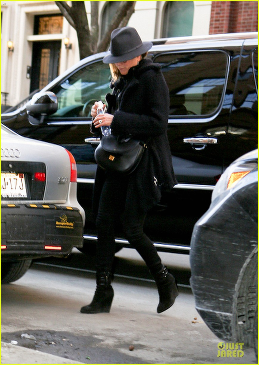 jennifer aniston uses fedora to blend in with nyc 12