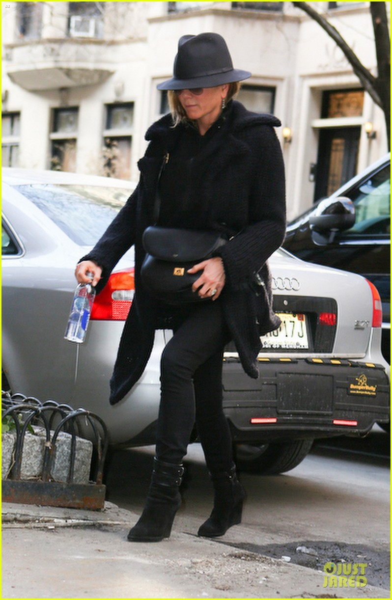 jennifer aniston uses fedora to blend in with nyc 14