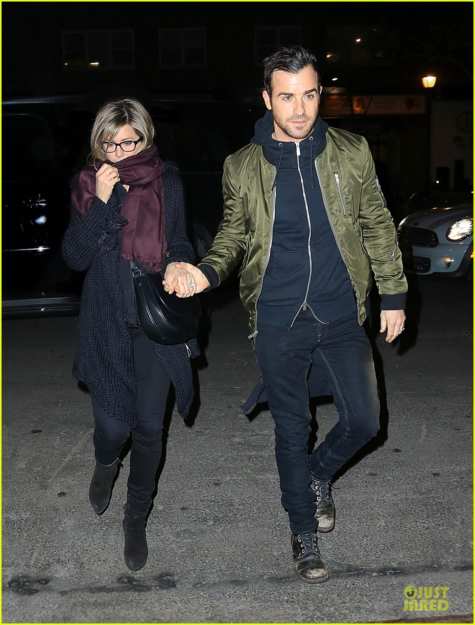 jennifer aniston justin theroux hold hands on nyc night 033070153