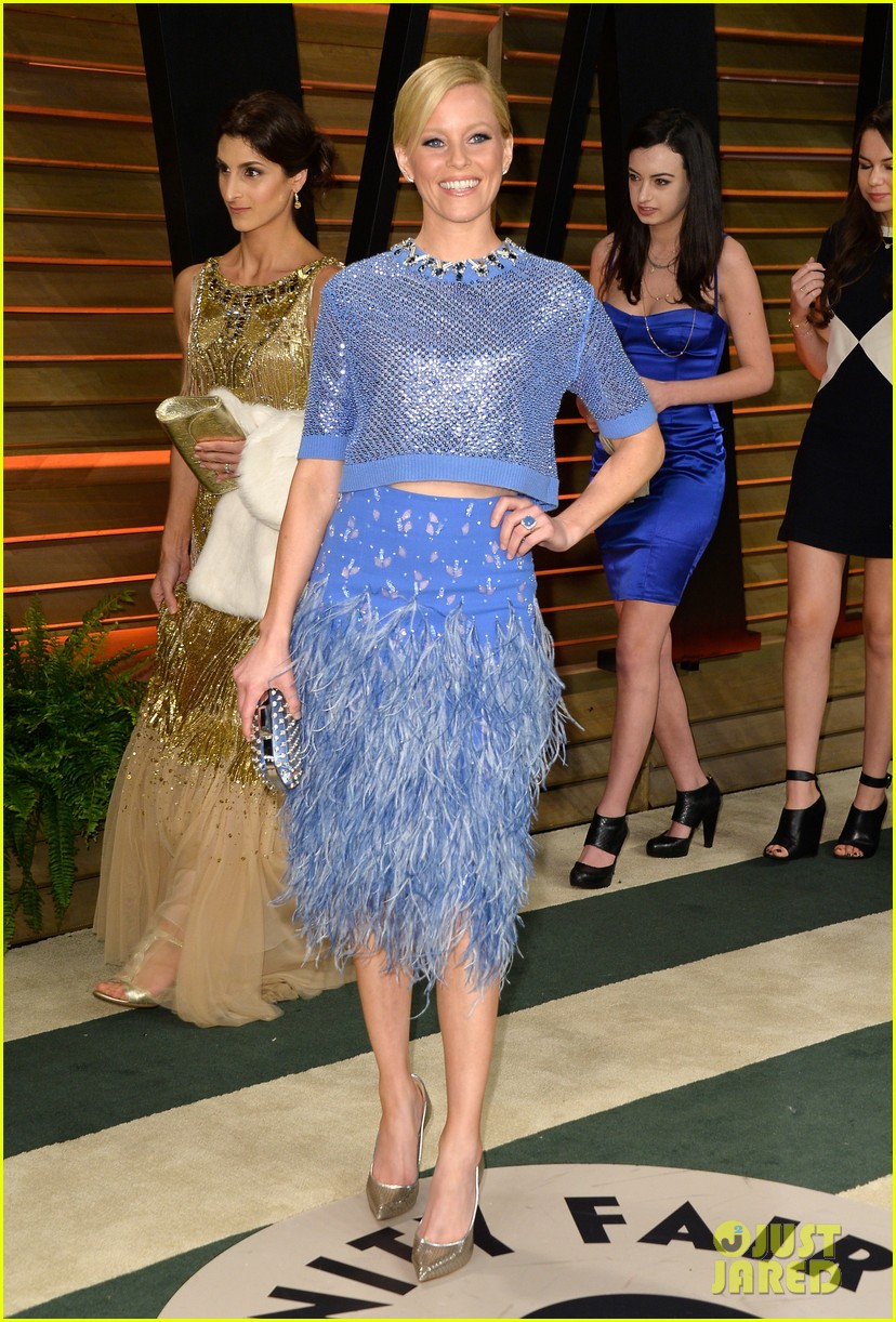 elizabeth banks shows off some skin in crop top at vanity fair oscars party 2014 013064404