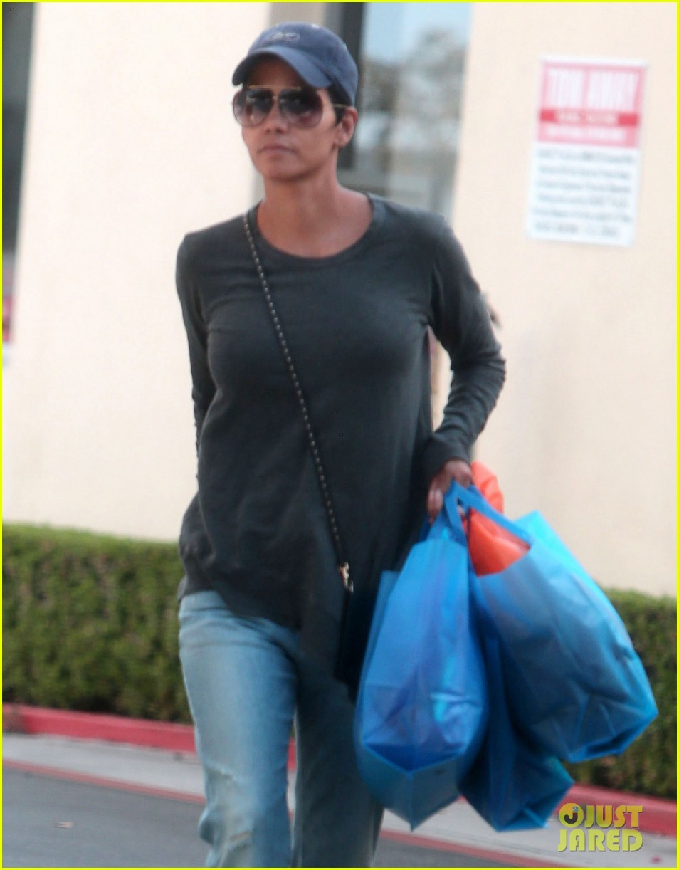 halle berry sued by homeless woman 02